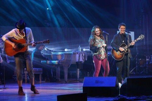 Jesse & Joy y Sanz compartiendo el escenario